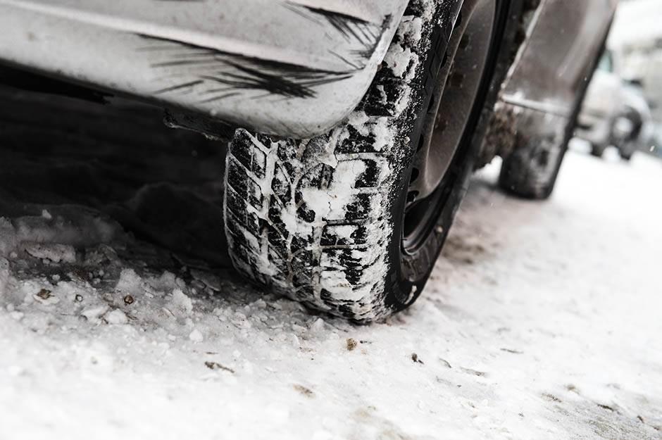 zima, gume, zimske gume, sneg, putevi, zastoj, saobraćaj, automobil, kola, zastoj, led, mećava, nevreme, poledica, put, ulica, putevi, autoput