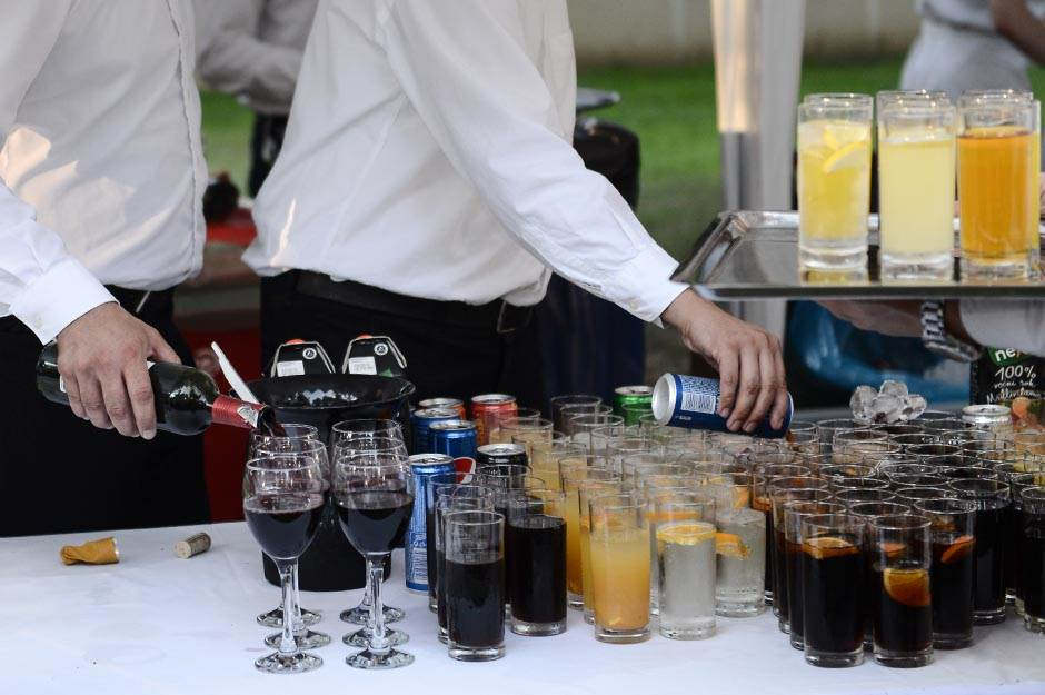 vino, koka kola, pepsi, konobar, usluga, ugostiteljstvo