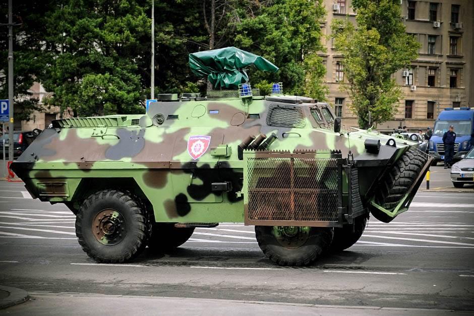 oklopno vozilo, vojna policija, vojska, policija, policajci, policija na ulici, policijska blokada, kordon policije,