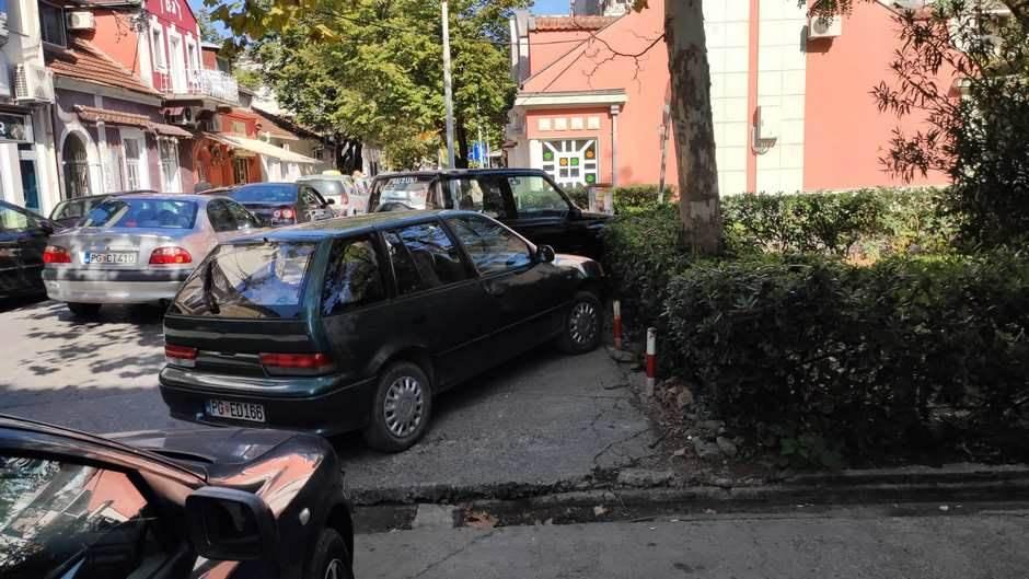 Automobili na trotoarima