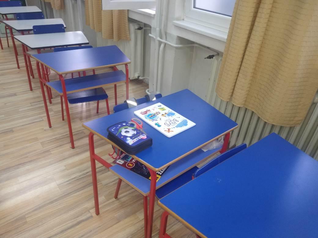 škola, đaci, učenici, klupe, knjige, udžbenici