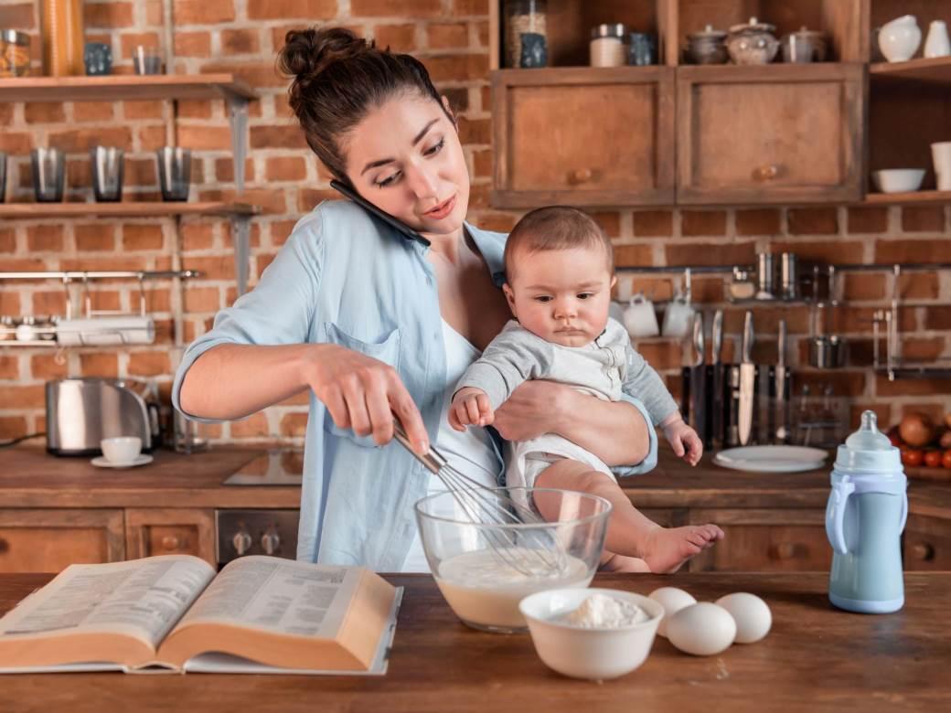mama, majka, dete, kuhinja, kuvanje, multitasking