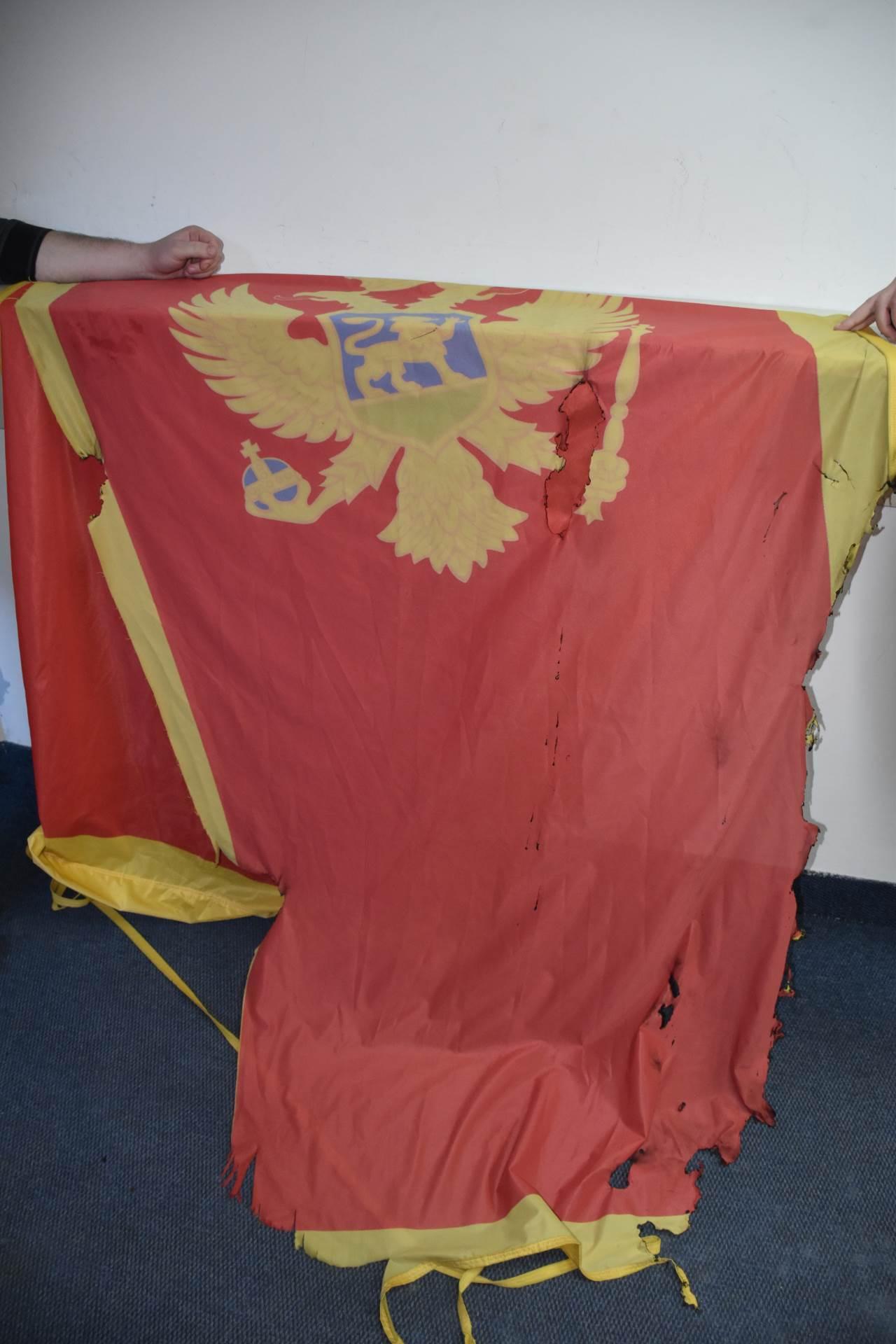 zapaljena zastava.JPG
