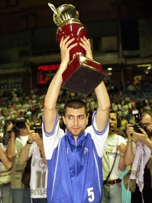 Gavrilo Pajović sa peharom prvaka Jugoslavije posle pobede protiv Partizana 2000. godine.