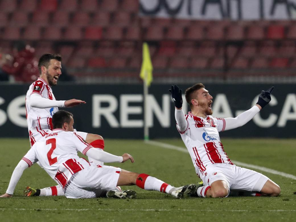 Slavlje Milana Pavkova posle gola Milanu.