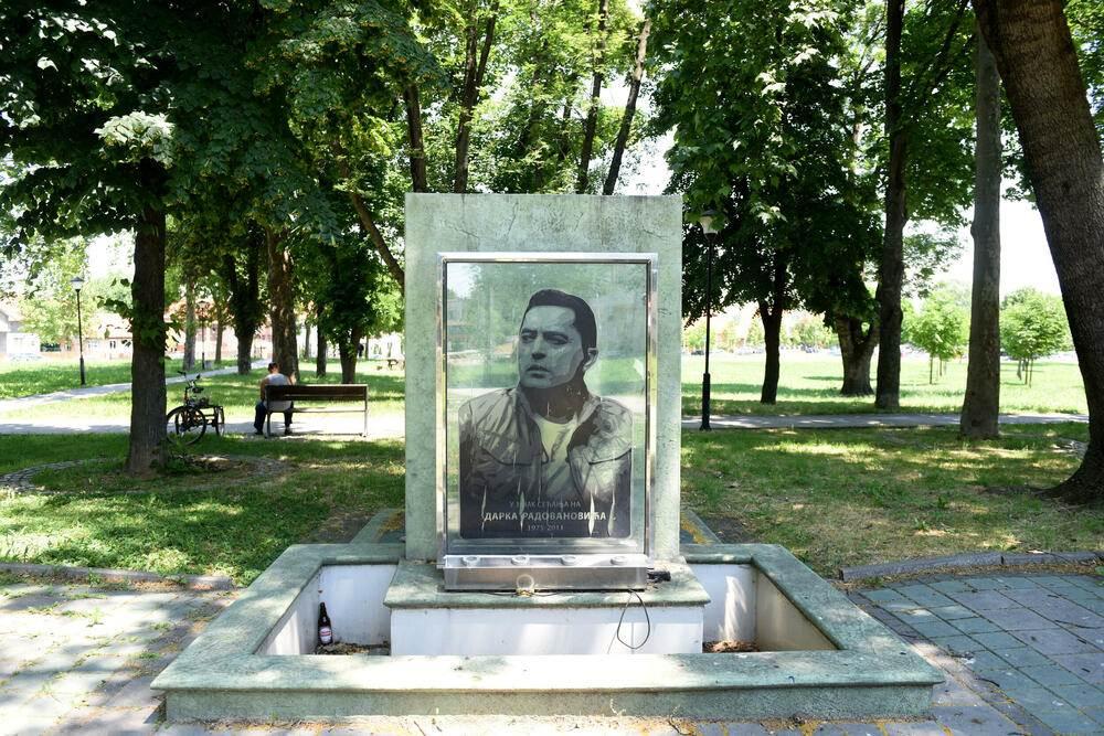 Darko Radovanović, fontana, spomen-ploča