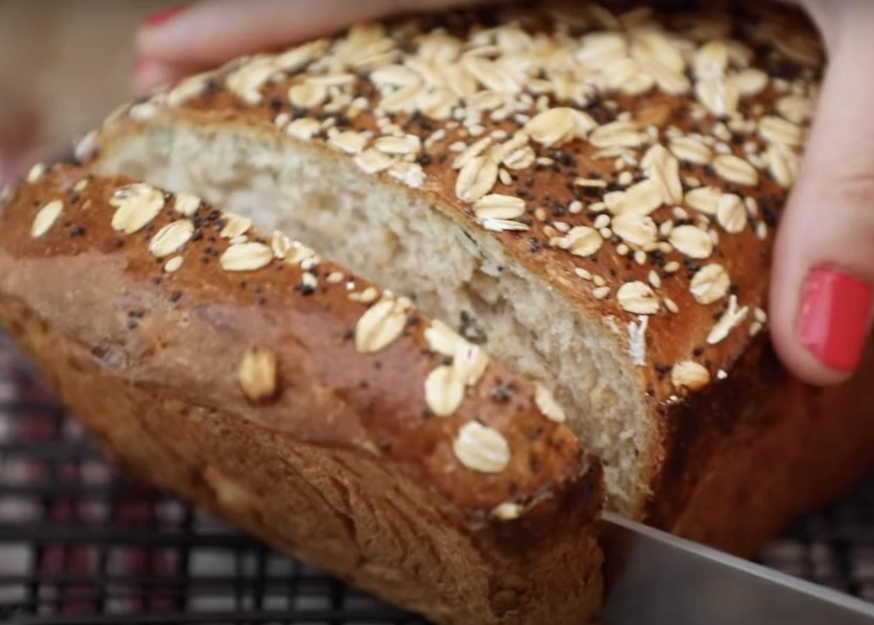 žena seče integralni hleb